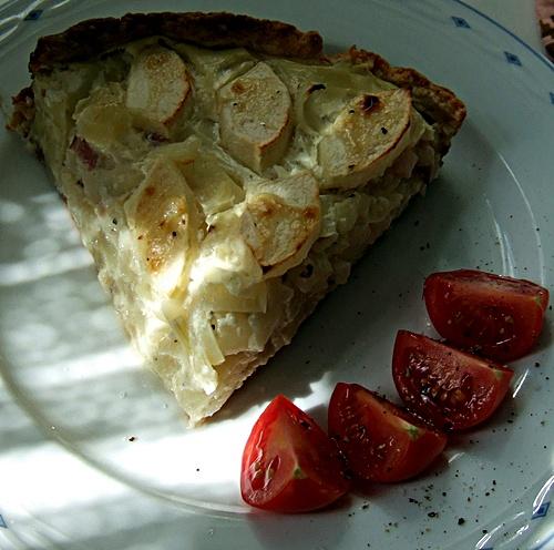 Apfel-Zwiebelkuchen, angerichtet