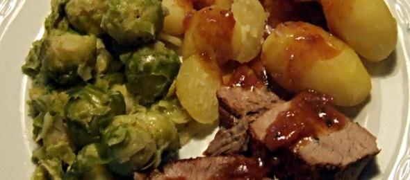 Deutscher Dreiklang: Schweinebraten, Rosenkohl, Kartoffeln