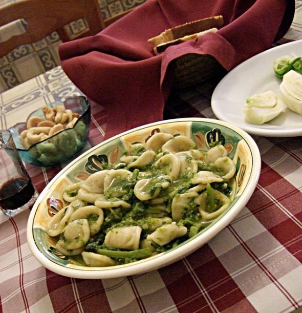 Orecchiette con le cime di rapa in der Osteria del Capitolo in Ceglie Messapica, Puglia