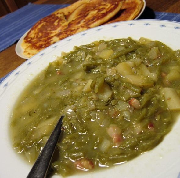 Saure Bohnensuppe mit Rosinenpfannkuchen