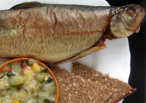 Geräucherte Forelle mit Zucchini-Stachelbeer-Chutney und Schwarzbrot