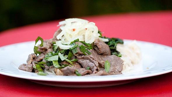 Mangold, Rindfleisch, eingelegte Zwiebeln auf gebratenen Nudeln (Banh Pho)