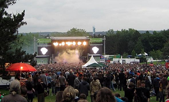 Wolken überm Ruhrgebiet: Ein abendlicher Blick auf die vernebelte Hauptbühne des Juicy Beats.