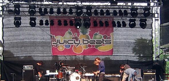 Die Weilheimer Gebrüder Acher spielten mit ihrer Band The Notwist Songs aus dem Album Neon Golden.