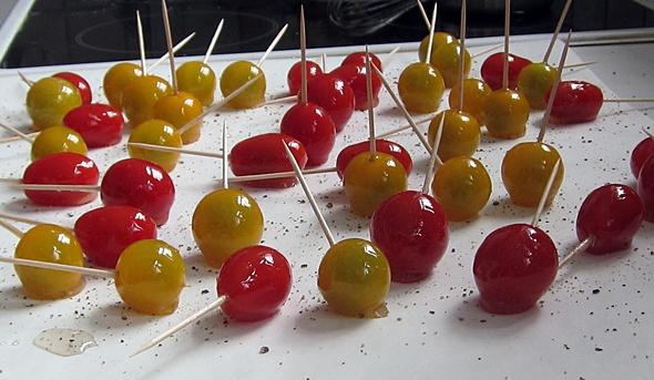 Karamellisierte Tomaten am Stiel